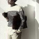 コーヒーカップと鞄を持った男性