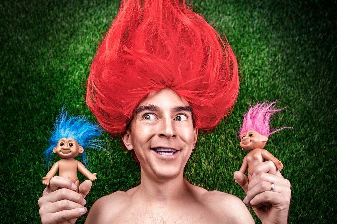 人形を両手に持つ赤髪の男