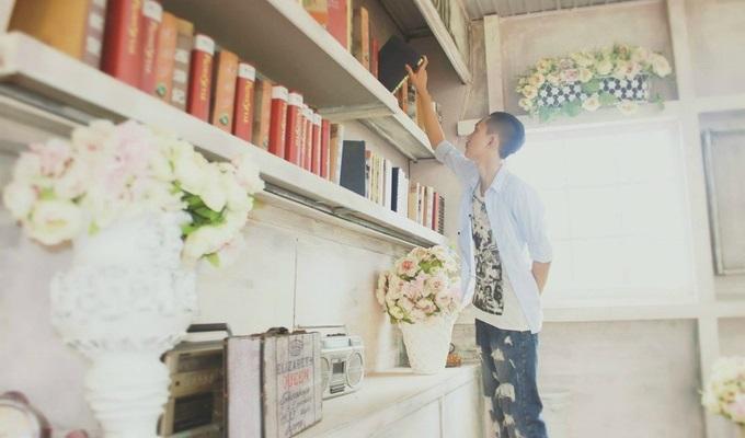 本を手にする男性