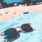 ビーチの上に置かれたサングラス
